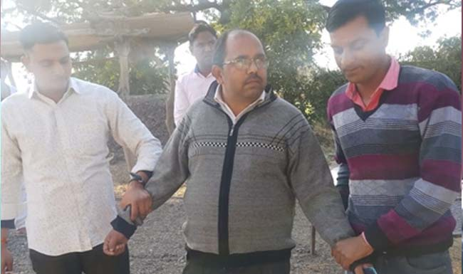 Lokayukta-action-in-neemuch-taking-18-thousand-rupees-of-bribe