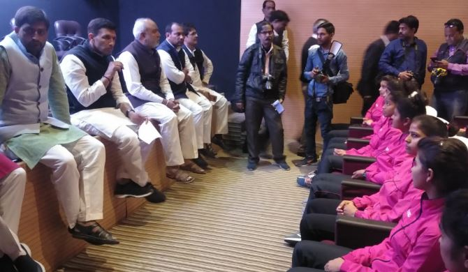 minister-Jitu-Patwari-angry-after-watching-the-shoes-shattered-at-the-feet-of-the-players-in-gwalior