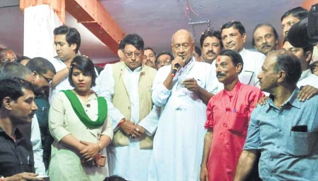 bhopal-congress-candidate-digvijaya-singh-apologized-to-government-employees
