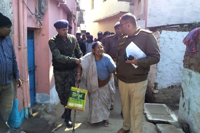jabalpur-SP-Amit-Singh-arrived-at-the-house-of-old-women-after-listen-complaint-