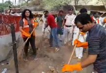 rajgadh-collector-cleaning-of-roads-by-broom-