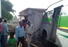 bus-collides-with-polling-booth-dindori-madhya-pradesh