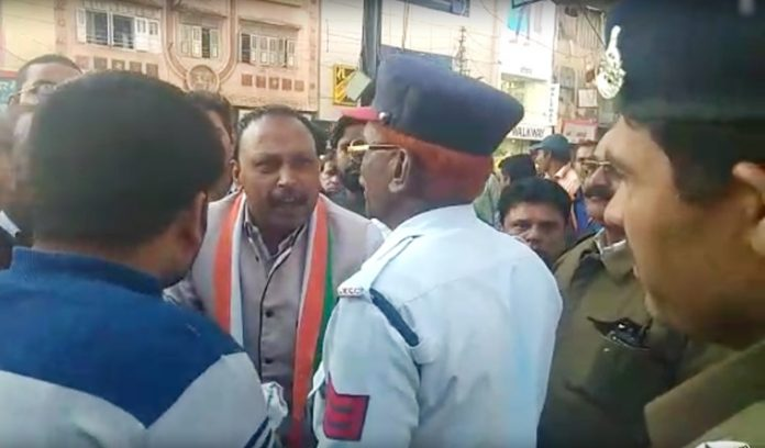 indore-congress-leader-threatens-police-sub-inspector-in-indore