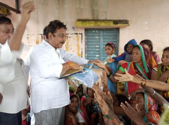 mla-reached-to-people-in-khandwa