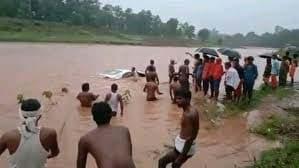 पुल पार करते नदी में बही दुल्हा-दुल्हन की कार, ग्रामीणों ने जान पर खेल कर बचाया