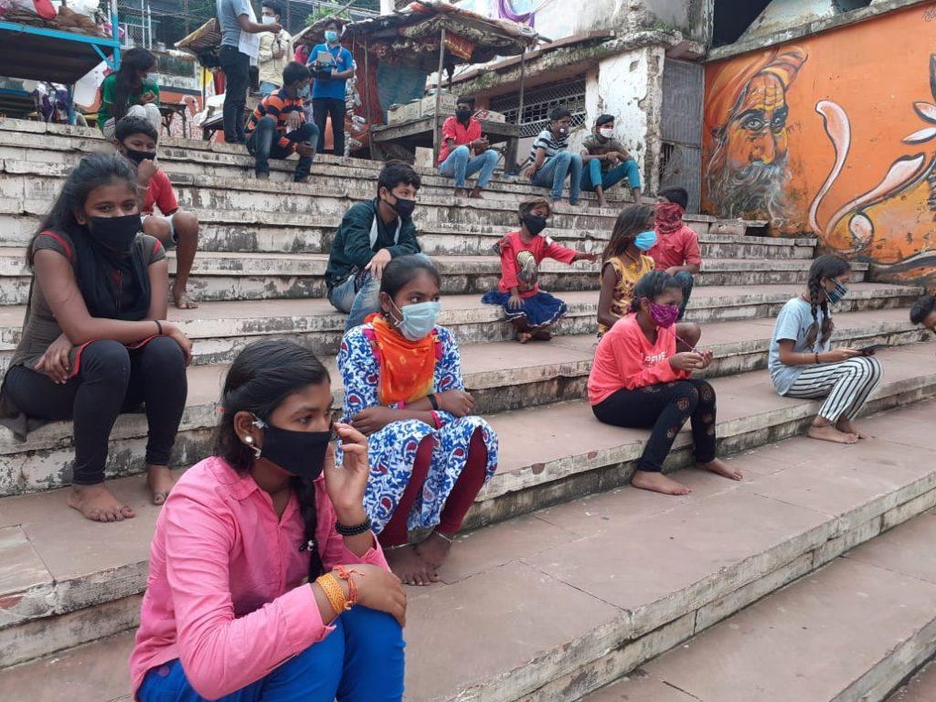 गरीब बच्चों का 'फ्यूचर' बना रहे जबलपुर के पराग दीवान, नर्मदा घाट पर लगती है फ्री क्लास
