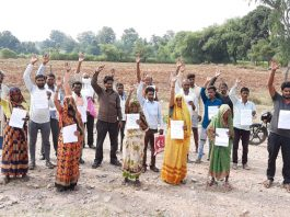 farmers protest for not getting compensation in chhatarpur