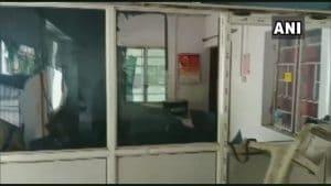 Munger - चुनाव आयोग ने हटाए डीएम और एसपी, गुस्साई भीड़ ने लगाई पुलिस चोकी में आग