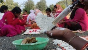 आत्मनिर्भर भारत: महिलाओं का रोशन नवाचार, इस दीवाली चायनीज दीयों को टक्कर देंगे देशी दीयें