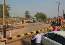 this-danger-railway-crossing-of-indore-is-giving-invitation-to-the-accident