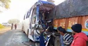 Road Accident : खड़े ट्राले से भिड़ी तेज रफ्तार बस, 3 की मौत, 22 घायल