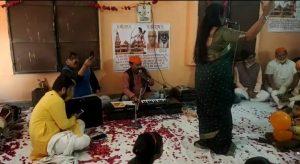 दूसरे दिन भी हुई गांधी की हत्यारे की पूजा, भगवान की तस्वीर के साथ रखी गोडसे की फोटो