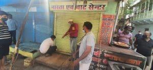 लॉकडाउन में बेच रहा था समोसे, टीम को देख कर्मचारी और ग्राहक को बंद कर भागा दुकानदार