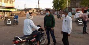 शिवपुरी : बेवजह सड़कों पर घूम रहे थे लोग, तहसीलदार ने लगवाई उठक-बैठक