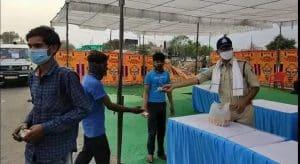 पलायन 2.0 : वर्दी भी हमदर्दी भी, सेवा में तत्पर इंदौर पुलिस
