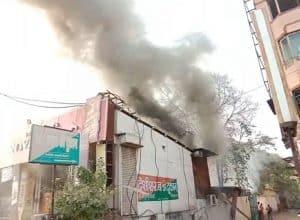 देशी और अंग्रेजी शराब की दुकानों में भीषण आग, गैस सिलेंडर फटने से हुआ धमाका