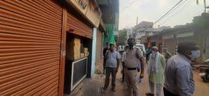 प्रशासन की टीम को देखते ही गिराया दुकान का शटर, तीन ग्राहकों को किया बंद, दुकान सील