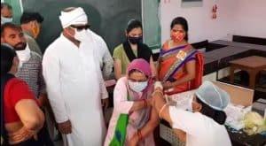 मतदान की तर्ज पर हुआ महा टीकाकरण, कमिश्नर और सांसद ने हरी झंडी दिखा कर टीकाकरण दल को किया रवाना