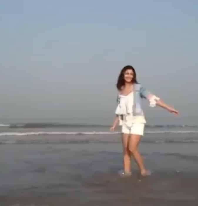 Alia Bhatt : पानियों पे छींटे उड़ाती हुई लड़की...