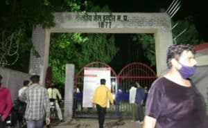 Indore: जनता कर्फ्यू के उल्लंघन में बंद परिजनों को छुड़वाने जेल के बाहर मचा हंगामा