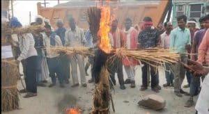 क्रेशर में मजदूर की मौत के बाद गुस्साए परिजनों ने किया चक्का जाम, फूंका पुतला
