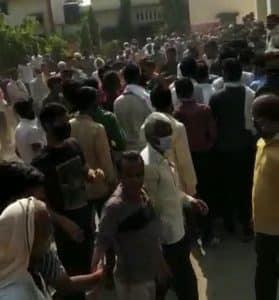 Shajapur News: Vaccine की किल्लत, लोगों के बीच हुई हाथापाई, सुरक्षा के इंतजाम नहीं, भगदड़