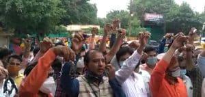 पालकों के बाद अब स्कूल संचालकों ने खोला सरकार के खिलाफ मोर्चा, कलेक्टर कार्यालय के बाहर जताया विरोध